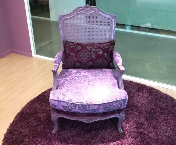 """Poltrona modello """"Le Rose"""" viola in tessuto damascato e legno laccato viola."""