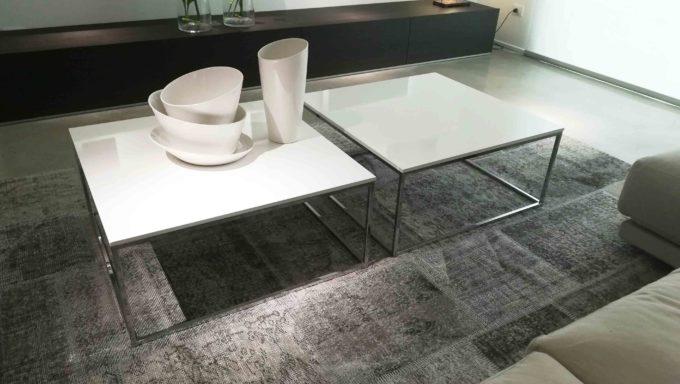 Tavolini FEG con piano bianco laccato lucido.
